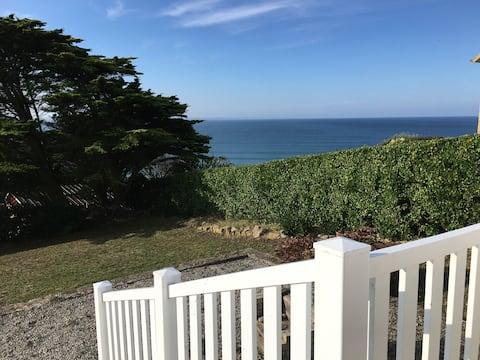 Maison face à la mer sur la falaise