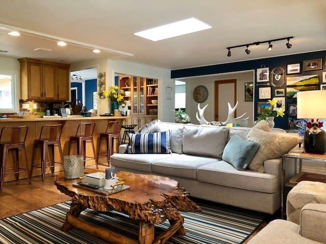 Classically Modern Lindell Beach Cottage, Cultus