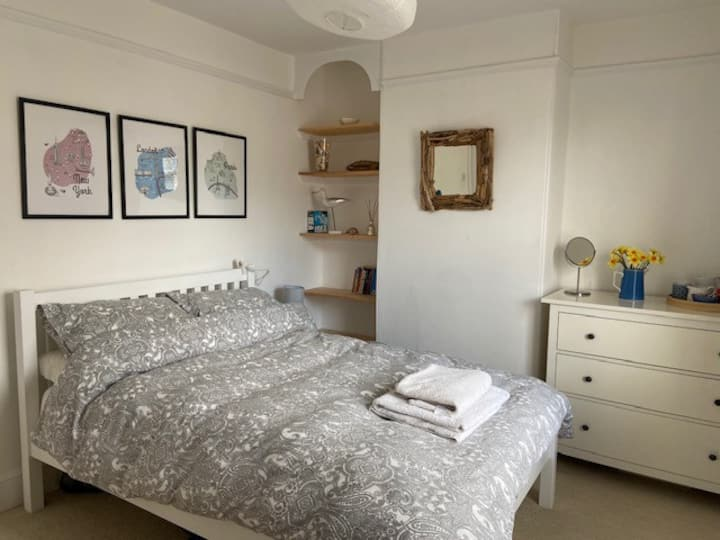 Double bedroom in the heart of Topsham.