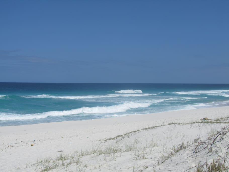 Praia que fica a 5 minutos a pé do condomínio