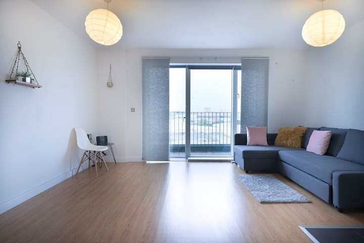 Large bright and spacious 2 bed flat with a balcony