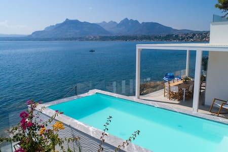 Design house with private access to the sea & pool