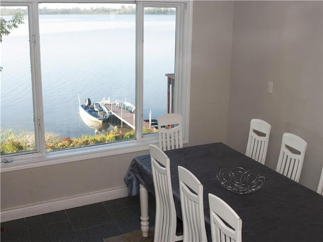 Cozy 5BR Waterfr, Hot Tub, Near Port Perry & T.O