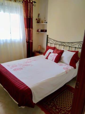 Mi Dormitorio es muy coqueto. La Cama es doble de 135 cms. Tengo un armario y el Aire acondicionado.  Tengo muchos juegos de cama de calidad. En otra foto, se puede ver las toallas para la playa!!! Y las toallas para el cuarto de baño!!!