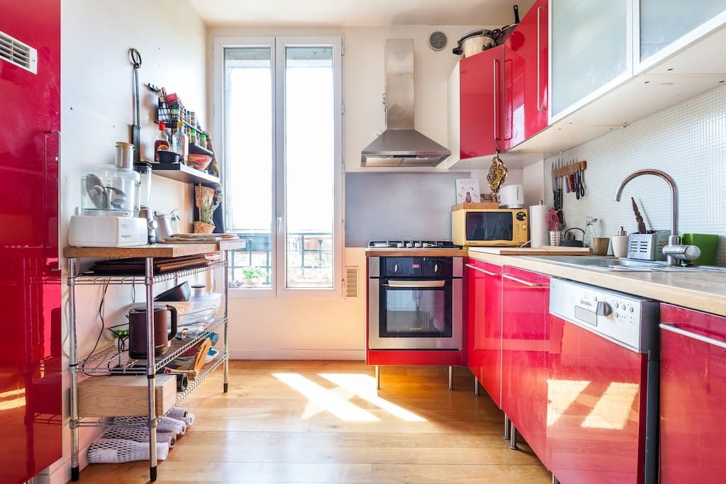 Cuisine entièrement équipée avec four, micro-onde, robots : on adore cuisiner