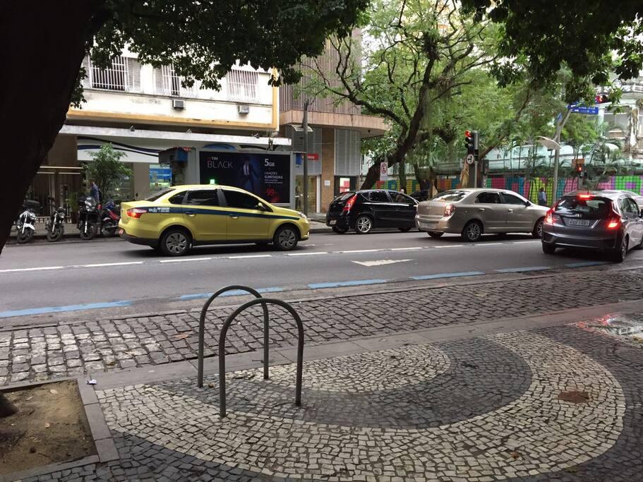 Rua em frente ao predio