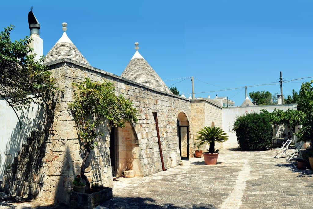 The house is annexed to a trullo with which it shares one bedroom and the outdoors space.