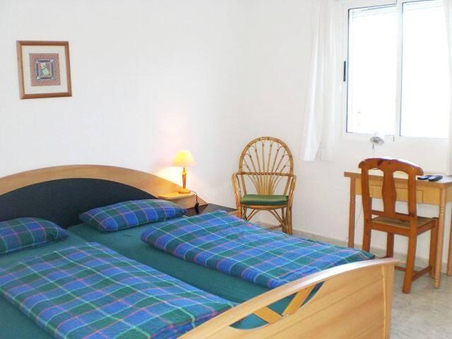 Zimmer in ehemaligem Hotel mit Privatzugang & Bad