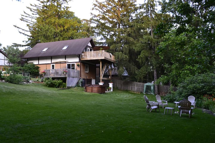 Paradise in the City  - 3 Bedroom Home - Lake View