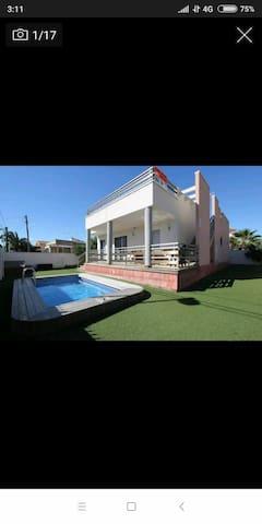 Chalet con piscina privada en campo y playa juntos