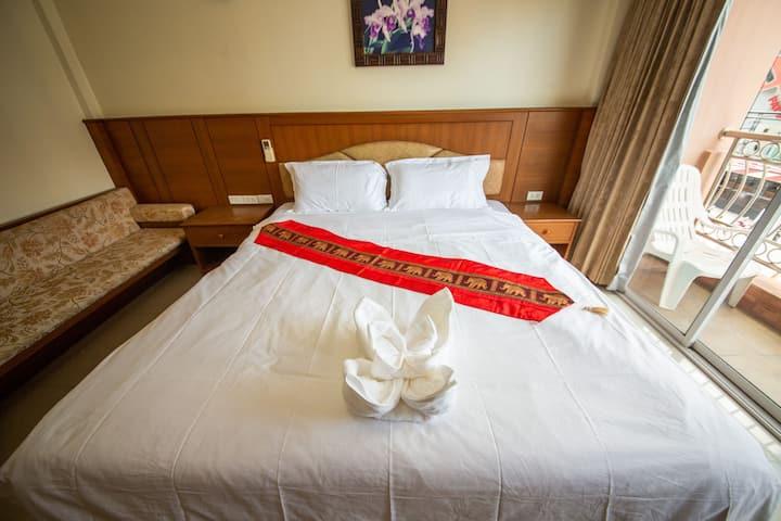 芭东海滩核心区舒适大床房(付费机场接送)Comfortable big bed room