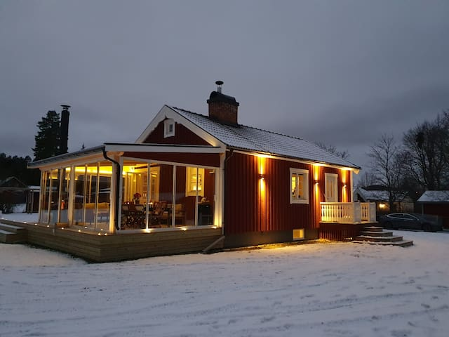 Mysig stuga med terasspool nära Romme Alpin