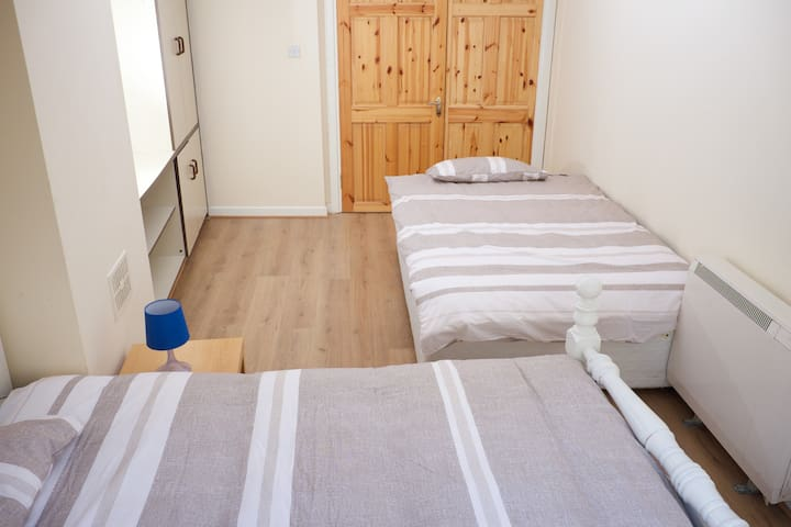 SP11-3  Eyre Square, city center, twin room