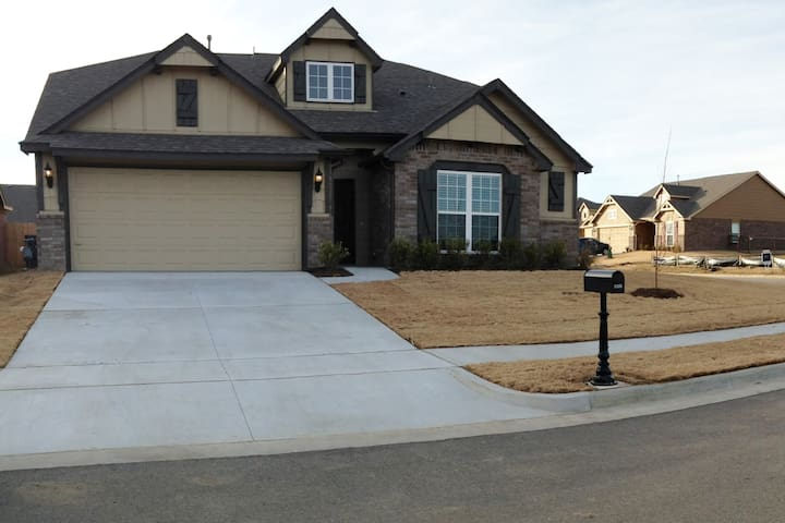 Home with pool & pond in neighborhood! - Owasso - Casa