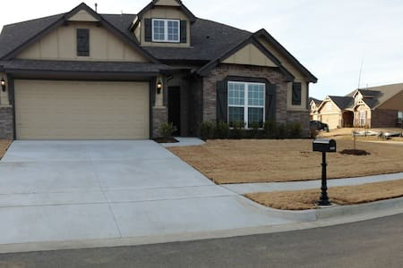 Home with pool & pond in neighborhood! - Owasso - Hus