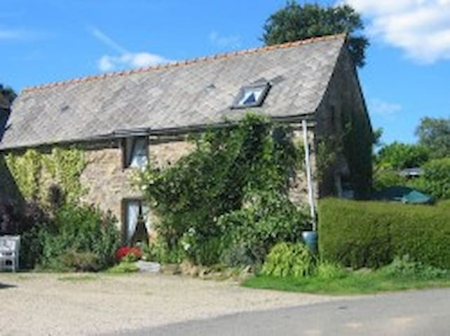 Fuchsia Cottage, 2 Bedrooms Sleeps 4 Rural Retreat - Plouguenast - Hus