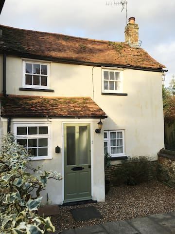 Captivatingly Cute & Convenient Country Cottage!