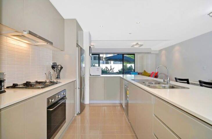 Private room in large townhouse at Macquarie Uni