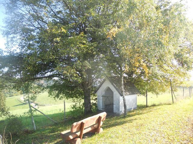 Vlak achter de kerk, een fijn plekje om te zitten