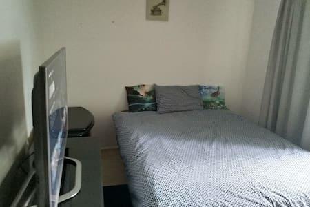 Southport Gardens. Room 1 Queen bed, tv + netflix