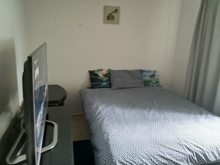 Southport Gardens. Room 1 Queen bed, tv + netflix