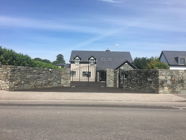 Luxurious 5 Bedroom Home 5 Minute Walk To Centre