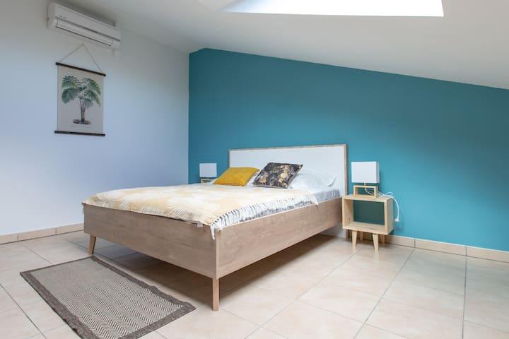 Chambre climatisée N°3 (20 m²) avec placard, rangement et Velux. Lit 190x140 cm