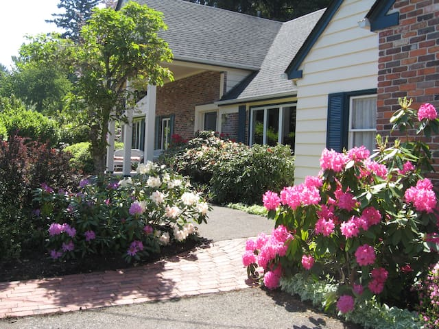 Sleeps 7 in Own Beds/9 with Couples-4Bdrms-2 Baths - Eugene - Bed & Breakfast