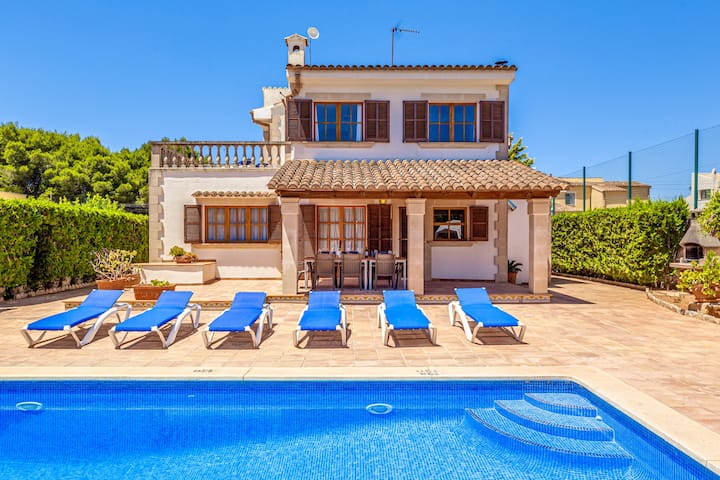 Villa Isabel with Pool and Wifi, a nice walk from the beach