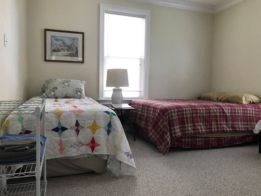 Guest room with full bed and trundle bed