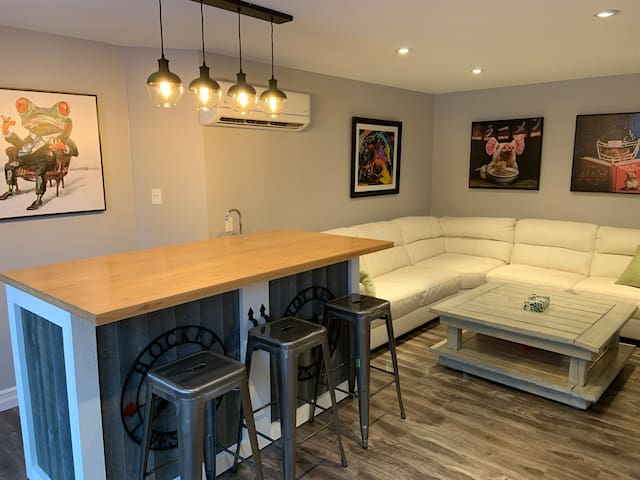 Professionally Cleaned 4 bedroom home with HOT TUB