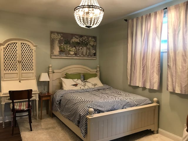 Comfy room w bathroom kitchen exercise near Indy!
