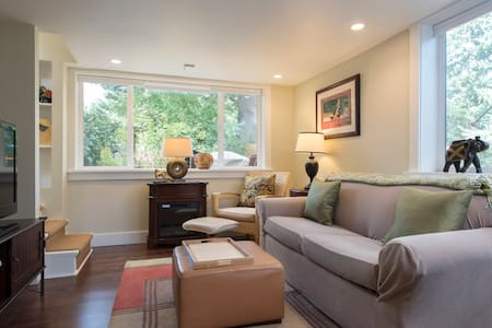 Airy woodland apartment retreat - Lake Forest Park - Casa