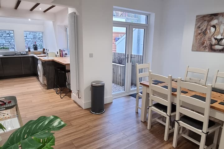 Modern 4 bedroom townhouse with private garden.