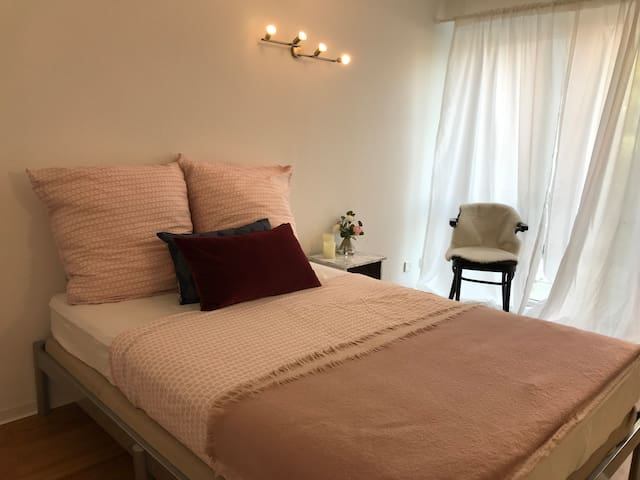 Light, fair and cozy room in westcentral Frankfurt