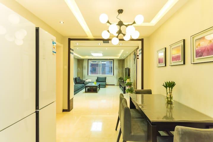 临海高端轻奢的公寓,北戴河中心位置三室两厅大空间带车位可接待6人 可做饭真正到家的感觉(不接待外宾) - Qinhuangdao - Appartement