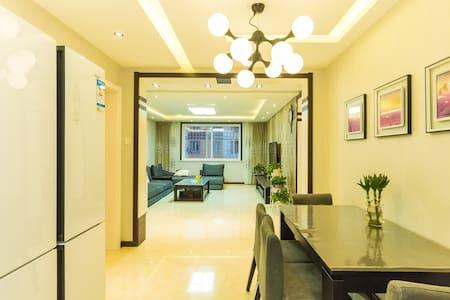 临海高端轻奢的公寓,北戴河中心位置三室两厅大空间带车位可接待6人 可做饭真正到家的感觉(不接待外宾) - Qinhuangdao - アパート