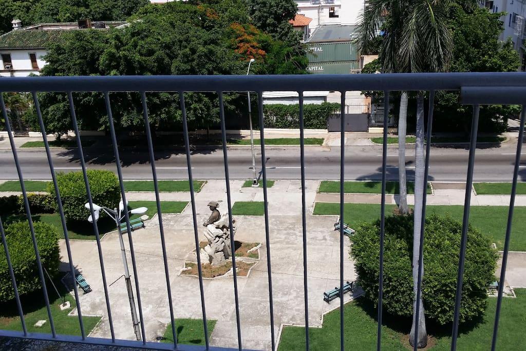vista del parque de la avenida donde se encuentra situada la estatua de Omar Torrijos JR. directamente frente a nuestro edificio