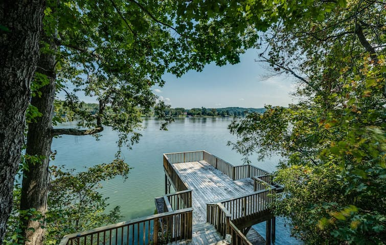 OnTheRocks: Waterfront Log home on 3 private acres