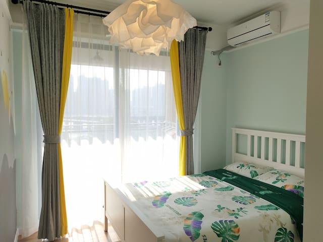 时尚北欧宜家风大床房。惠城市中心全新一线江景房,24小时物业,交通便利。