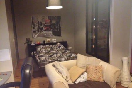 grande chambre avec vue sur le boulevard - Suresnes