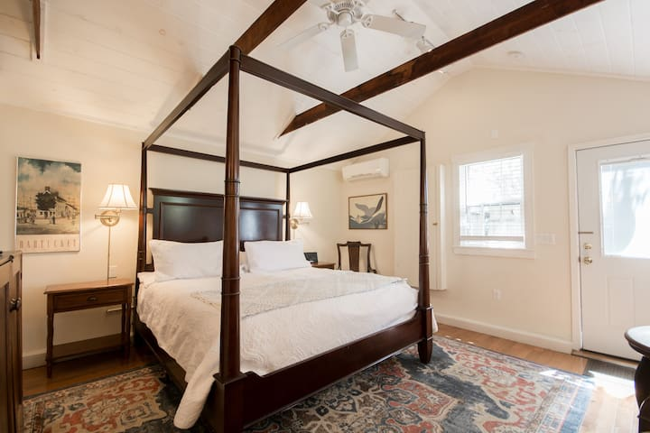 Newport Private Cottage, king bed
