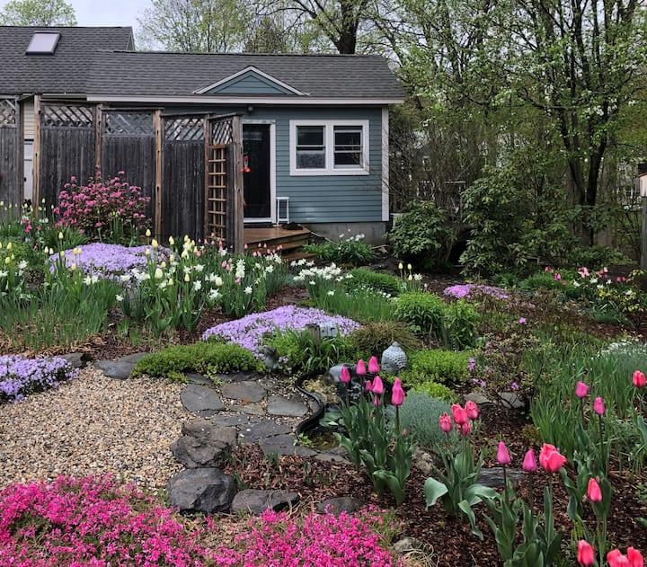 Lenox - Sunny cottage nestled in the garden
