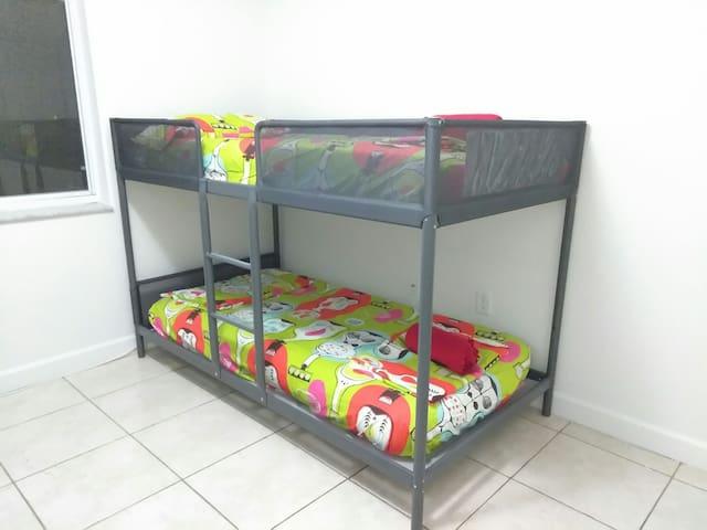 1A - Single Bed near airport :) - Miami - Rumah