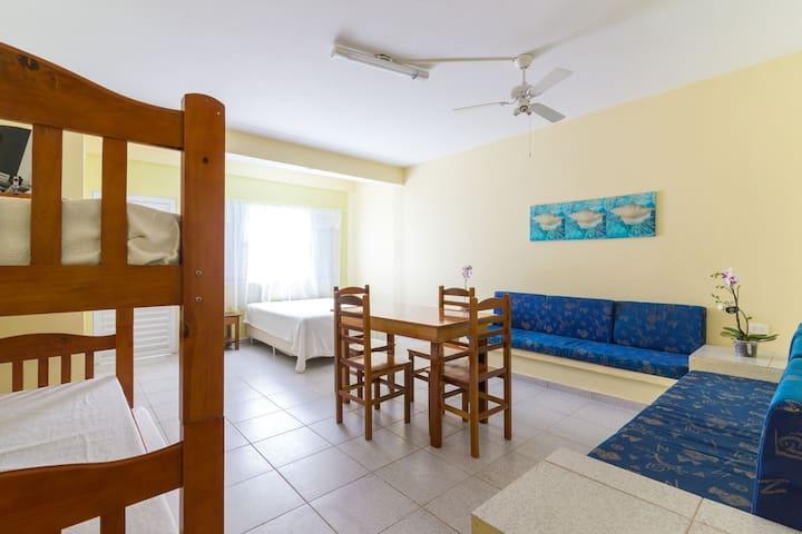 Quarto individual com uma cama de casal e um beliche  Ventilador de teto  Armário  Tv led
