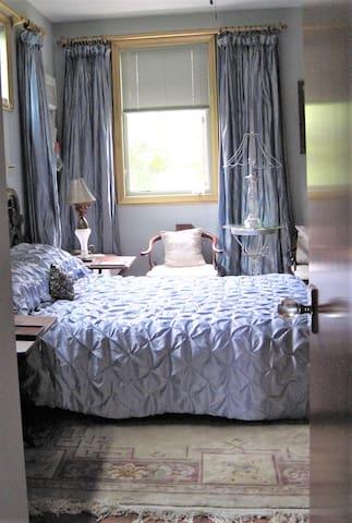 Enter the Queen bedroom