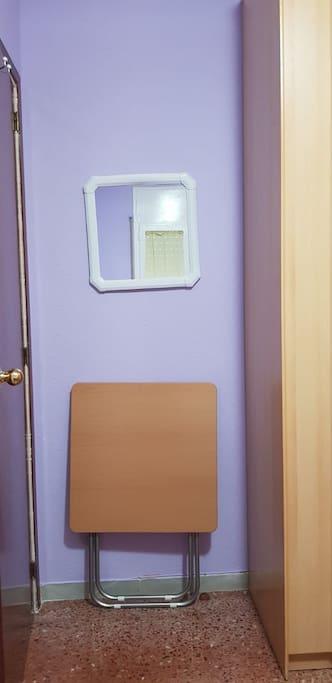 Mesa auxiliar  y silla plegable .