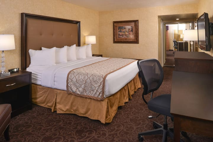 Deluxe King Bedroom with Free Breakfast