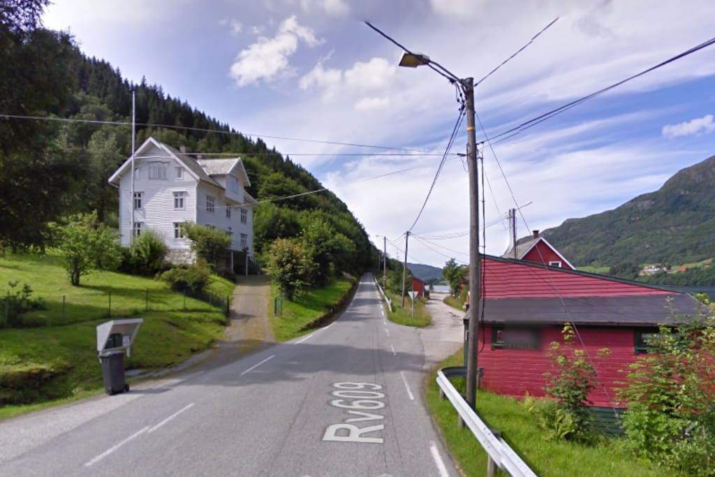 The house lies next to a quiet road which takes you to Askvoll (15min) and Førde (45 min)