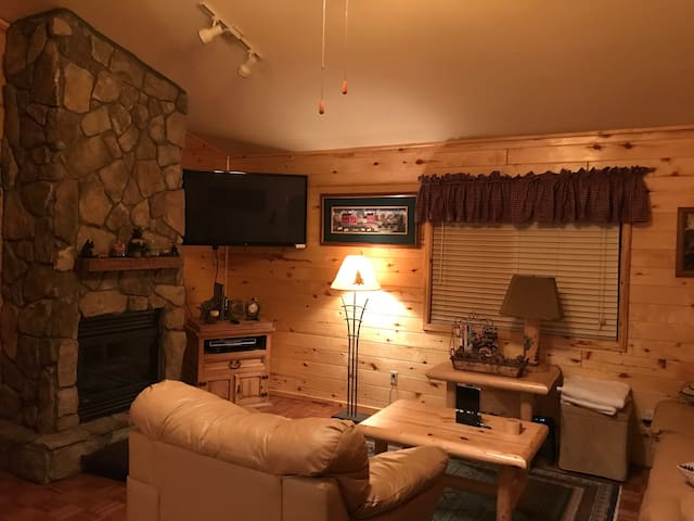 Beautiful cabin 45m from Payson - Overgaard  - House